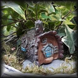 Mini domeček v kmenu