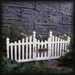 Dřevěný plot s brankou, bílá